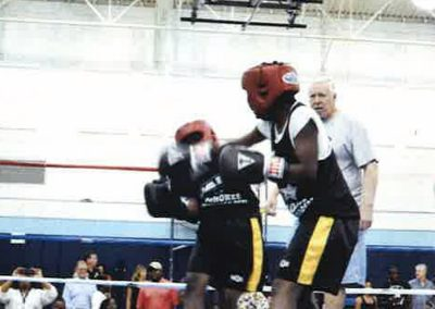cops-helping-kids-boxing14